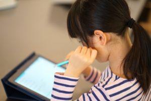タブレット学習をしている子の写真