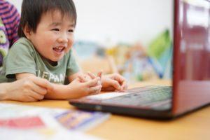 オンライン授業を受けている子どもの写真