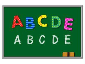 アルファベットが黒板に書かれている絵