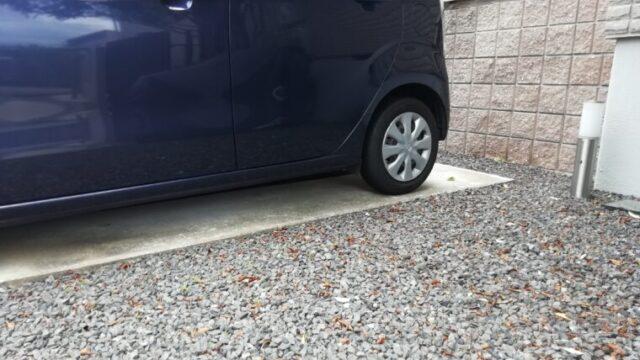 砂利とコンクリートの駐車場